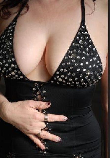 WellFormed - Geschiedene Geschäftsfrau mit grossen Brüsten!
